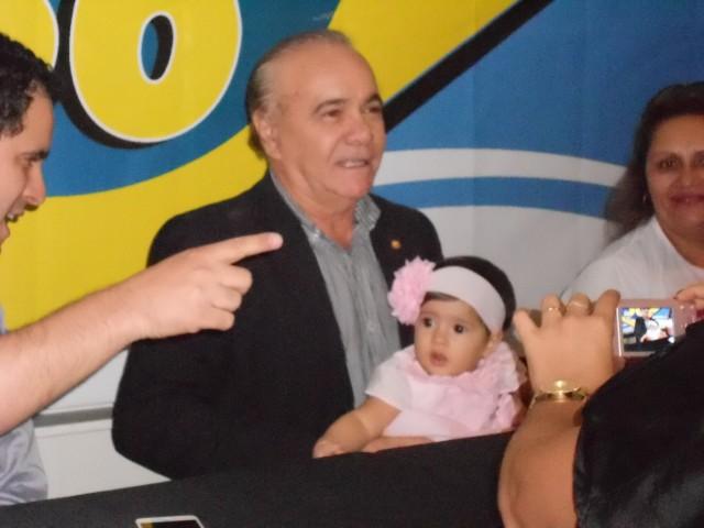 Edivaldo Holanda com a neta Talita, filha do prefeito, durante o encontro