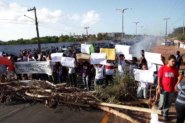 Protestos tomaram conta da Avenida dos Portugueses, nas proximidades da Ufma
