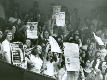 Foto do Arquivo Público de São Paulo de protestos pelos desaparecidos da ditadura militar brasileira durante seção da Lei de Anistia na Câmara dos Deputados. Arquivo Público de São Paulo