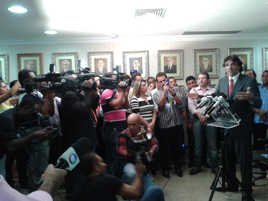 Edinho Lobão se defendeu, dizendo que a oposição está desesperada