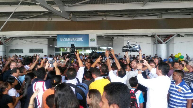 De forma apoteótica, Edinho Lobão chegou ao aeroporto de São Luís para lançar pré-candidatura