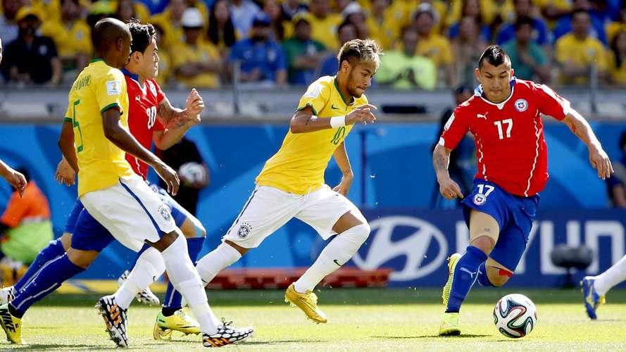 Em jogo apático e sem criatividade, Brasil contou com o talento de Júlio César e com a sorte para mandar o Chile de volta para casa