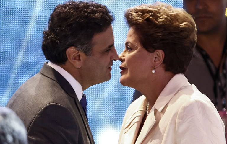 Aécio Neves e Dilma Rousseff em conversa de pé de ouvido, nos bastidores do debate, realizado pela Band
