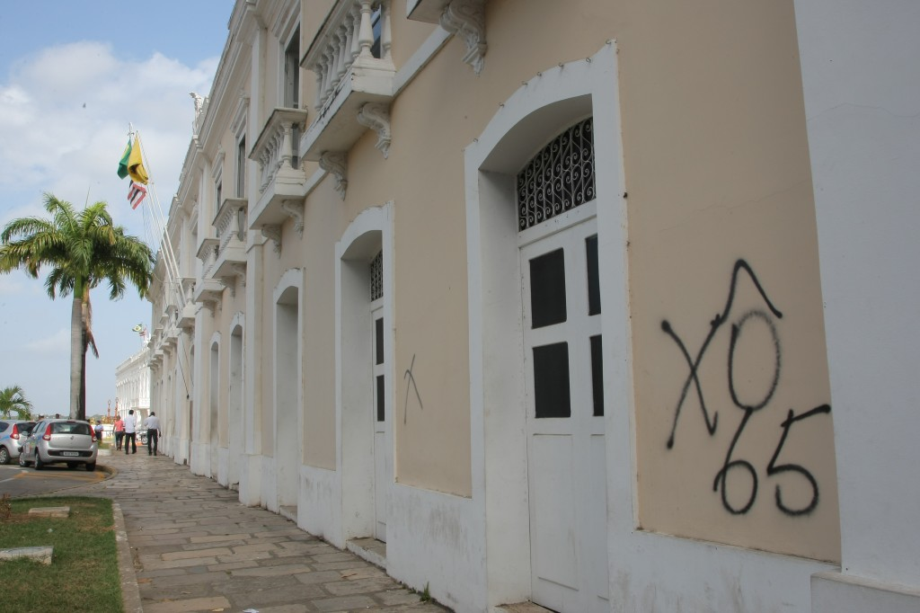 Palácio La Ravardiére, sede da Prefeitura, foi atingido pelos vãndalos