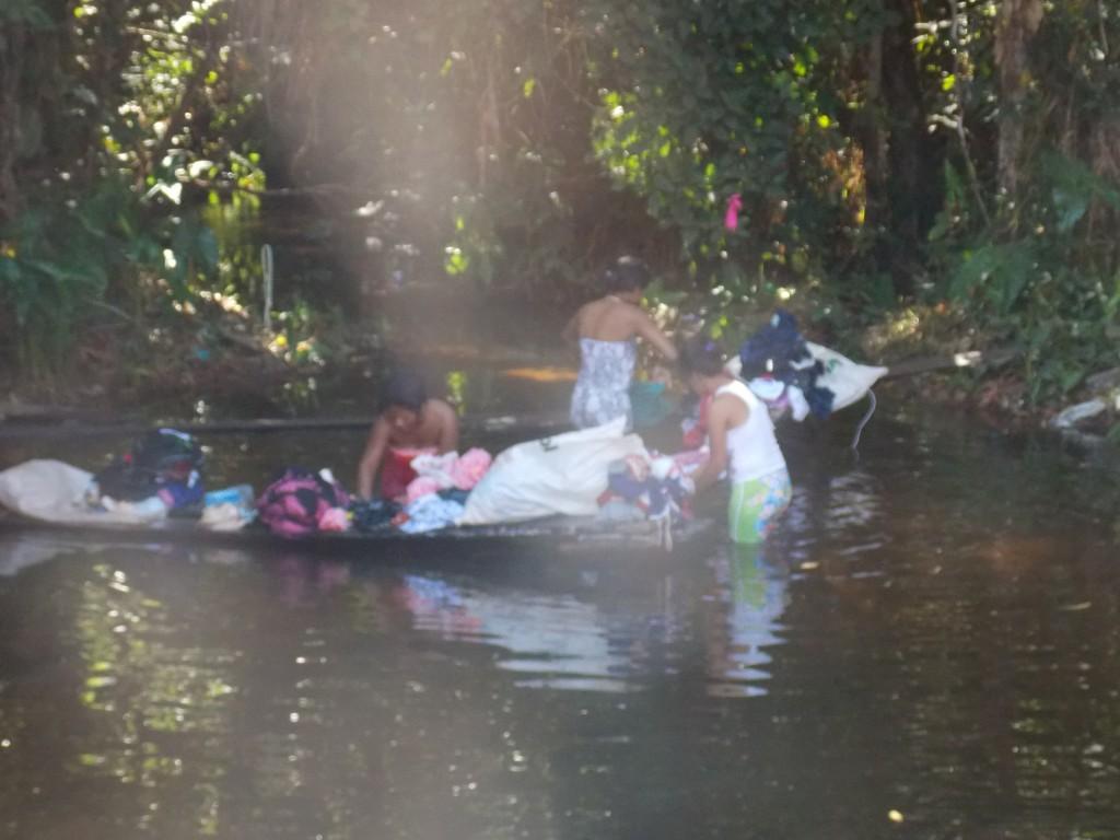 Mulheres lavam roupas á beira de rio, em Riachão, por falta de água em casa