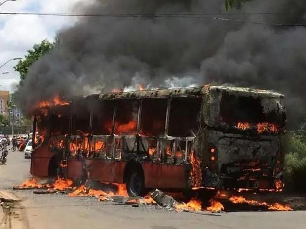ônibus foi incendiado no Recanto dos Vinhais, nesta quarta