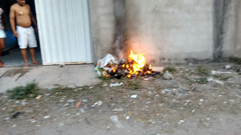 Moradores têm que queimar o lixo, porque a Prefeitura não faz a coleta do lixo regularmente