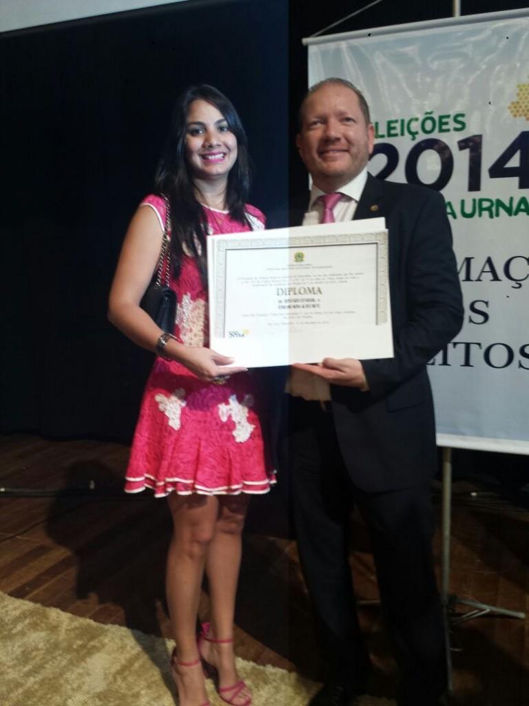 No destaque, o deputado Othelino Neto, ao lado da esposa Ana Paula, mostra o diploma que lhe garante a posse para mandato na Assembleia Legislativa