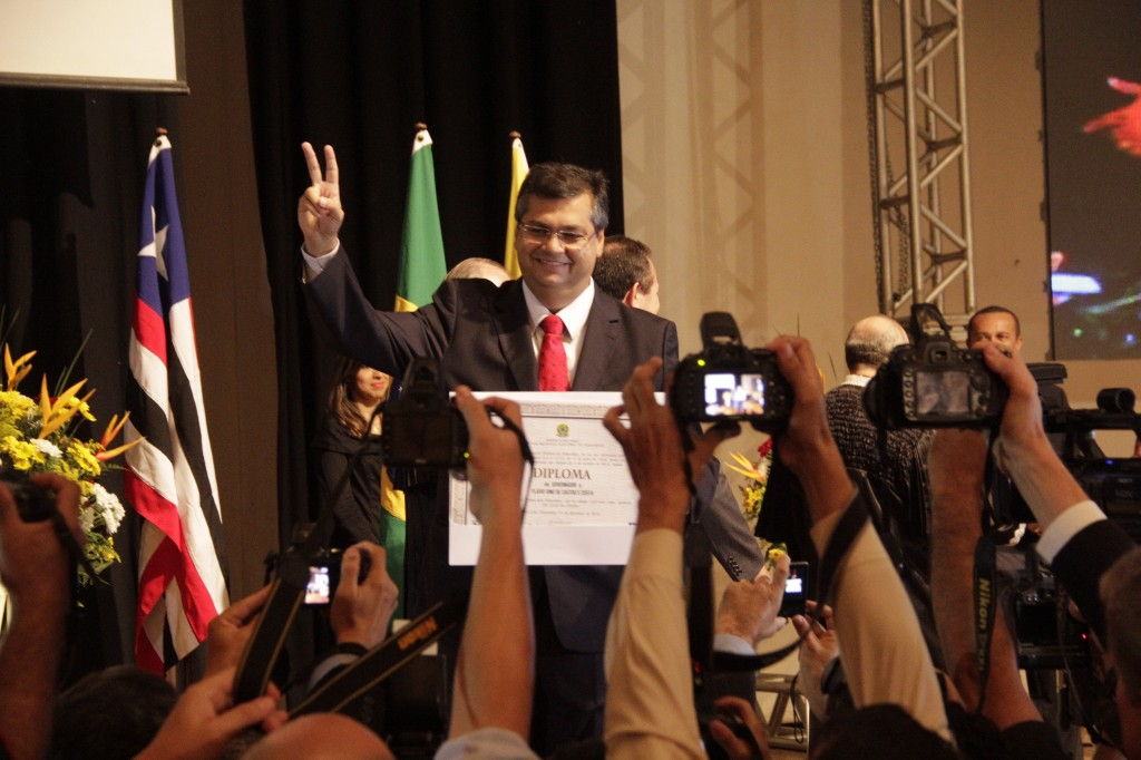 Primeiro governador comunista do Brasil mostra o diploma que lhe garante a posse no dia primeiro de janeiro
