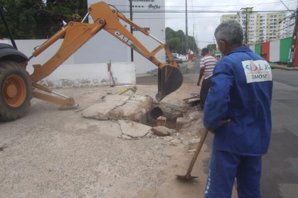 Equipes da Semosp realizam limpeza de galeria na Rua do Arrizal