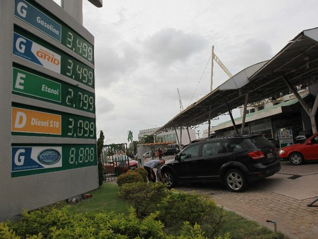Preço da gasolina subiu absurdamente, após reajuste autorizado pelo governo Dilma