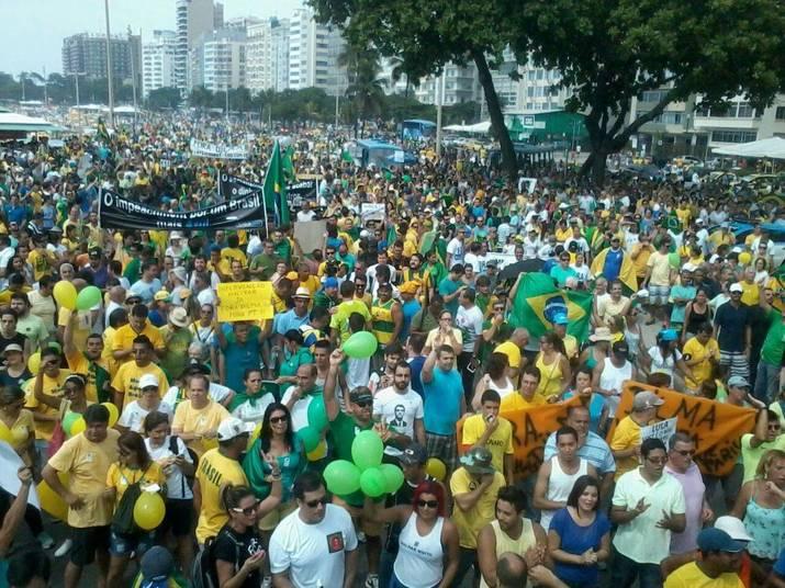 No Rio de Janeiro, uma multidão foi protestar em Copacabana
