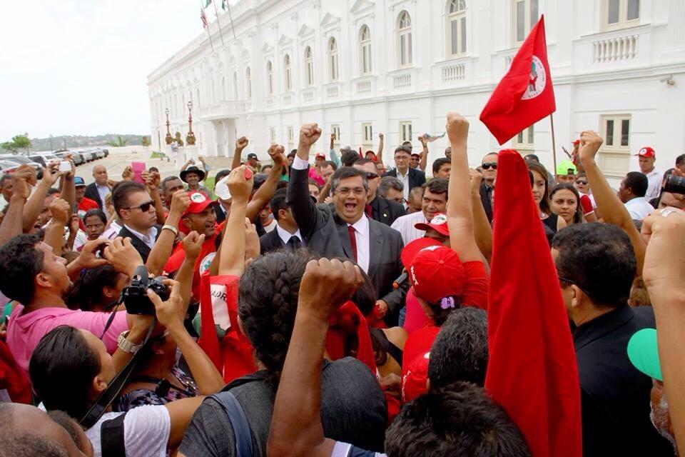 Flávio Dino saiu do gabinete e se juntou ao MST, em frente ao Palácio dos Leões
