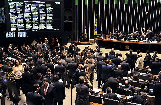 Depois de mais de sete horas de sessão, os deputados desfiguraram o pacote que reúne um conjunto de medidas de combate à corrupção propostas pelo Ministério Público Federal