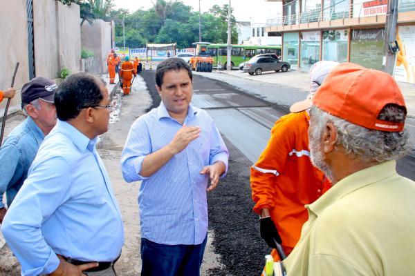 O prefeito Edivaldo Jr acompanhou o início das intervenções de recapeamento pela Rua do Aririzal