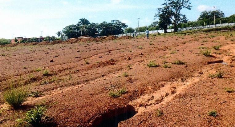 No local, existe apenas um terreno vazio, com tapumes e placa de especificações da obra
