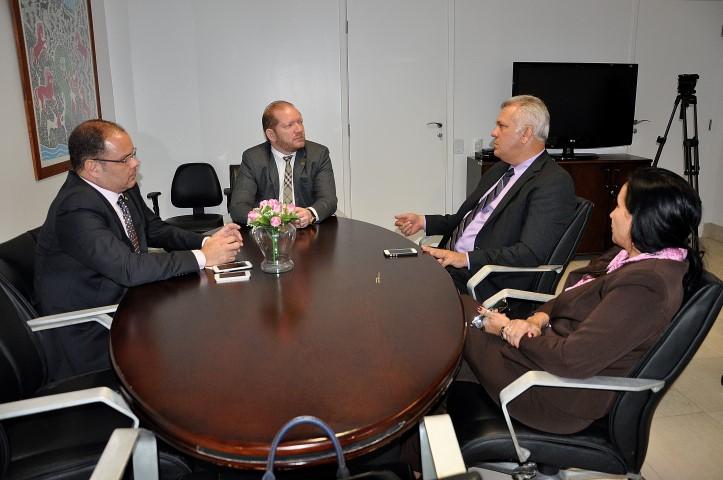 Foto-legenda – Os deputados Othelino Neto e Rogério Cafeteira discutiram com o superintendente do BB melhorias no atendimento das agências bancárias