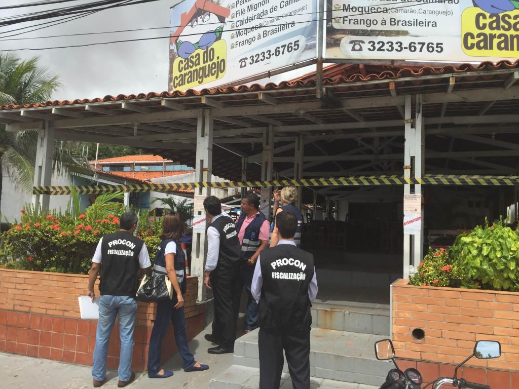 Procon Maranhão e Vigilância Sanitária interditam restaurante na Avenida Litorânea