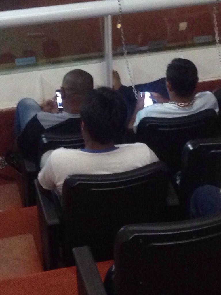 Acorrentados na Assembleia em protesto, índios não largam, um só minuto, o smartphone e as redes sociais