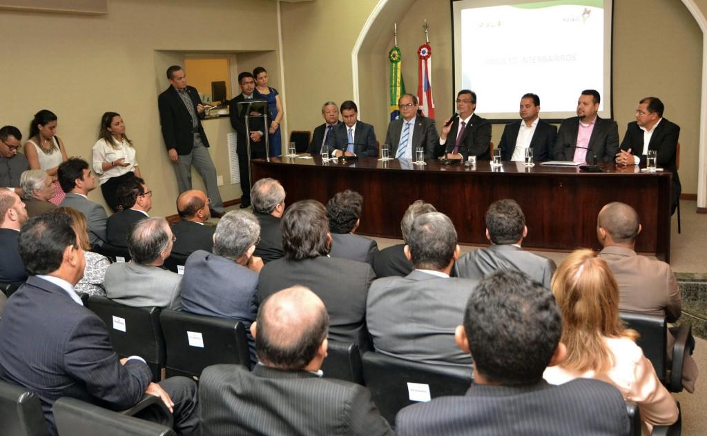 Governador Flávio Dino, ao lado do presidente da Assembleia Legislativa, deputado Humberto Coutinho, e do prefeito Edivaldo Holanda Júnior, durante o lançamento do projeto Interbairros