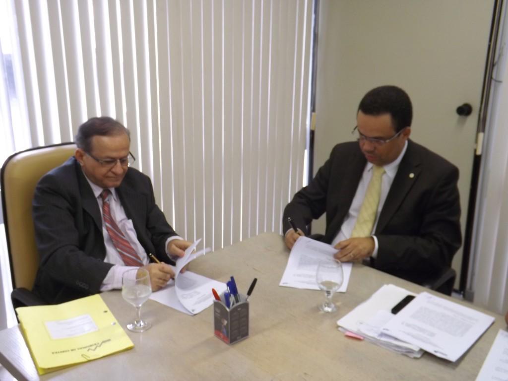 Jorge Pavão e Antonio Nunes assinam convênio observados por conselheiros do TCE, procuradores de contas e controlador do Detran