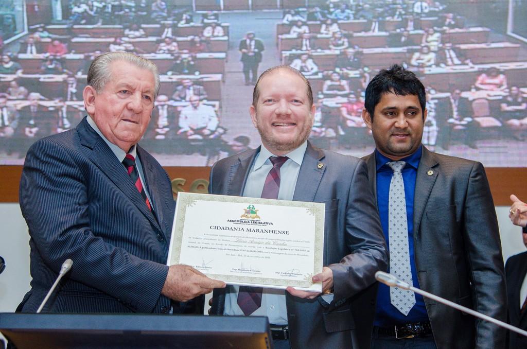 Foto-legenda – O professor Lúcio Cunha recebeu o Título de Cidadão das mãos do deputado Othelino Neto