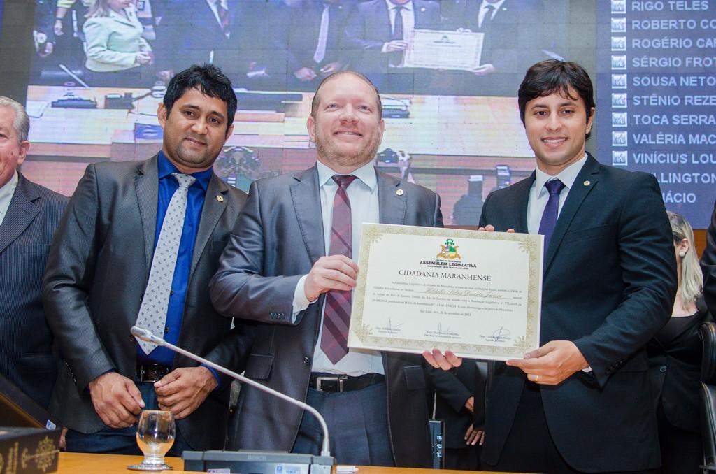 Foto-legenda – O deputado Othelino Neto entregou o Título de Cidadão Maranhense ao presidente do Procon, Duarte Júnior