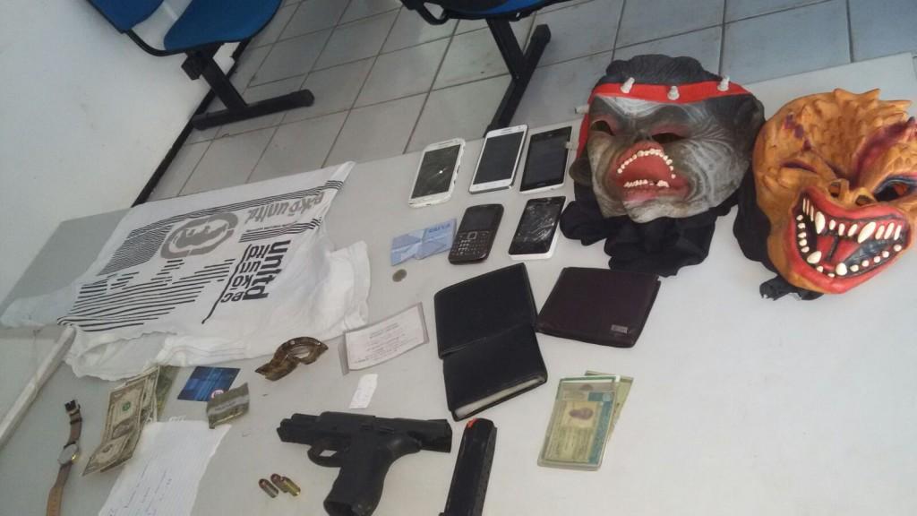 Dinheiro, telefones, arma e máscaras apreendidas pela Polícia Militar com os suspeitos do assalto a restaurante no Vinhais