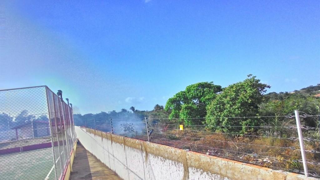 Invasores ateiam fogo em terreno no Araçagy