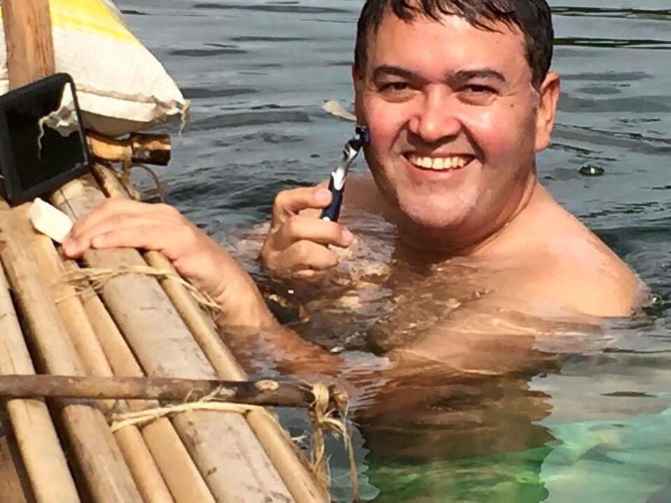 Recentemente, senador Roberto Rocha postou fotos até fazendo a barba no Rio Balsas