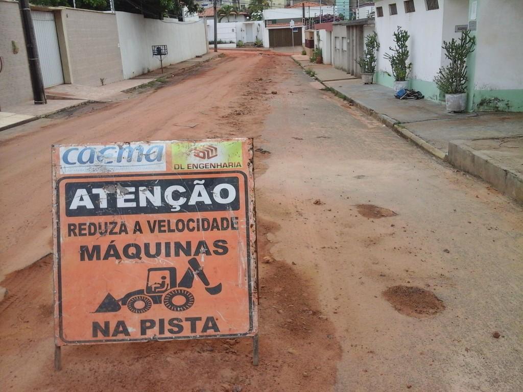Companhia realiza as intervenções de esgotamento, porém ruas e avenidas deterioradas nas obras não estão sendo, devidamente, recuperadas