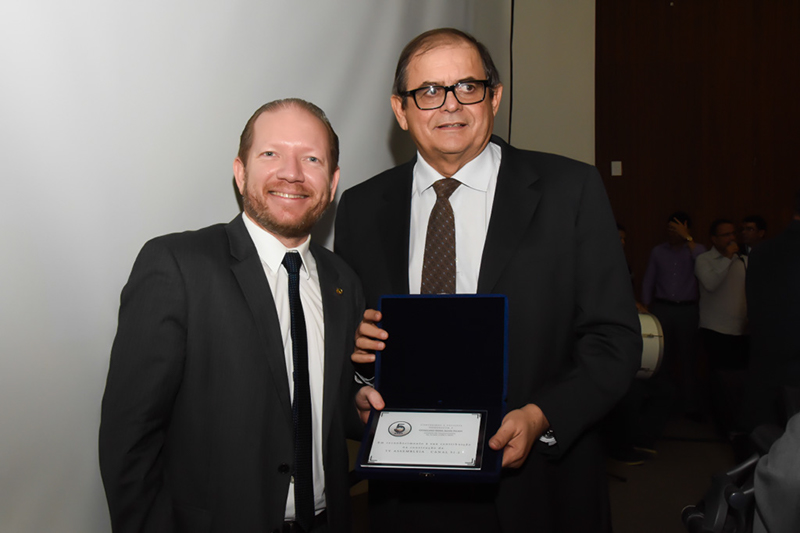 Deputado Othelino Neto representou o pai, Othelino Filho, e agradeceu também a homenagem ao avô, Othelino Nova Alves