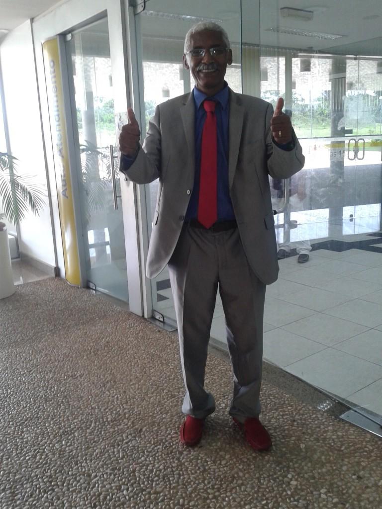 Todo estiloso, com gravata combinando com o sapato vermelho, Domingos Dutra circulava pelos corredores da Assembleia Legislativa