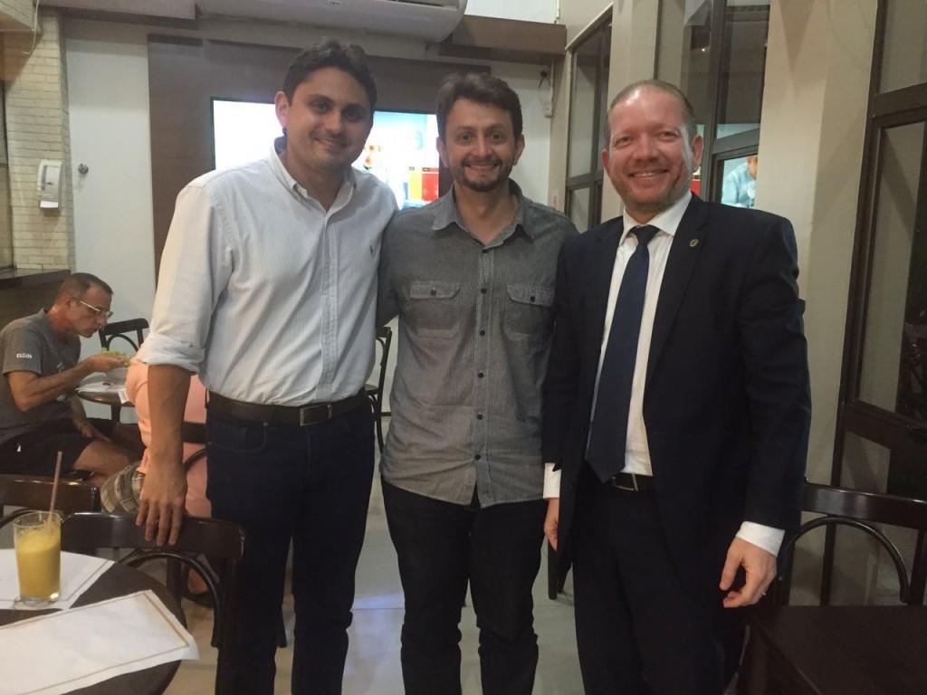 Foto-legenda – Lideranças políticas de peso abraçaram a pré-candidatura de Leonardo Sá em Pinheiro