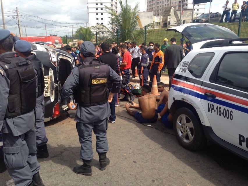 Trânsito na avenida ficou parado. Policiais chegaram para garantir a captura dos fugitivos