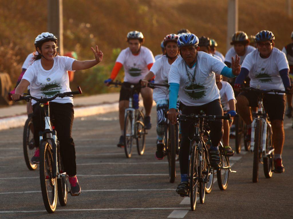 Eliziane Gama participou de passeio ciclístico na Litorânea