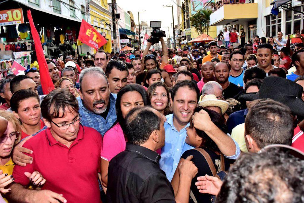 Edivaldo Holanda Júnior faz grande caminhada na Rua Grande em agradecimento à reeleição