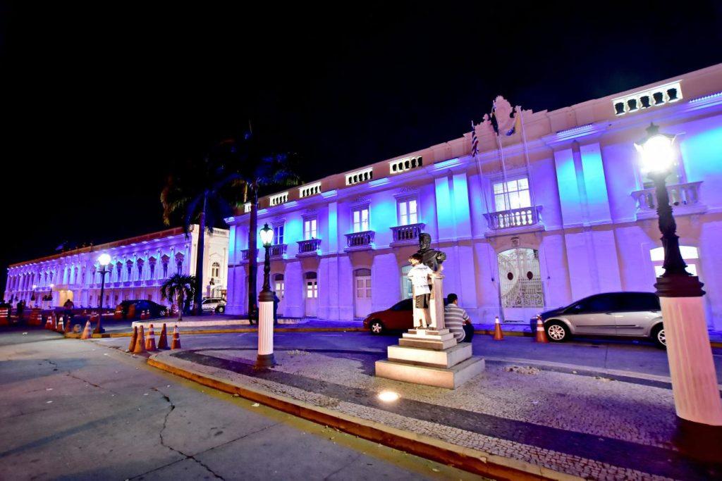 Palácios foram iluminados na cor azul